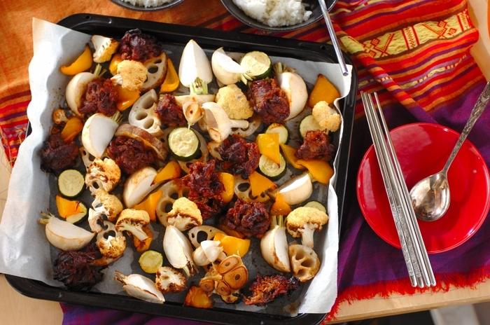 """話題の""""ぎゅうぎゅう焼き""""を韓国風にアレンジ♪牛肉にしっかりと下味をつけて、野菜をカットしたら、あとは天板に並べてオーブンにお任せ。時短なのに豪華に見える、忙しいママに嬉しいメニューです。"""