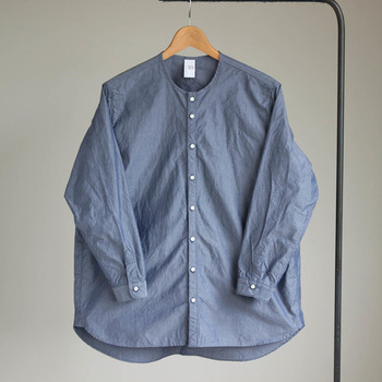 ユニセックスのノーカーラーセミワイドシャツ。程よく厚みのある、パリッと爽やかな肌触りのオリジナル生地を使っていて、オールシーズン着ることができます。優しくてこなれた雰囲気は、大人の普段着にぴったり◎。