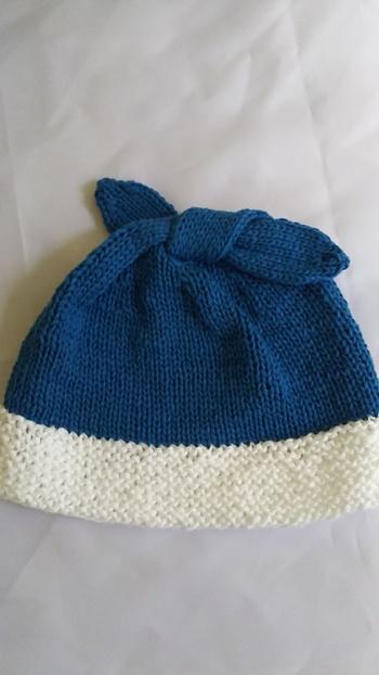 作り目をしてから、ずっと表編みを繰り返すと「ガーター編み」、表編みと裏編みを交互に繰り返すと「メリヤス編み」に。これだけでもだいぶ表情の違いが出ますね。この写真では、白い部分がガーター編み、青い部分がメリヤス編みでできています。