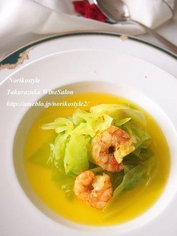 春キャベツを加熱する場合は、溶け出した栄養を汁ごといただけるスープなどもおすすめです。春キャベツと海老から十分なうまみが出るので、味付けはシンプルに。サフランの鮮やかさが、より春を感じさせてくれます♪