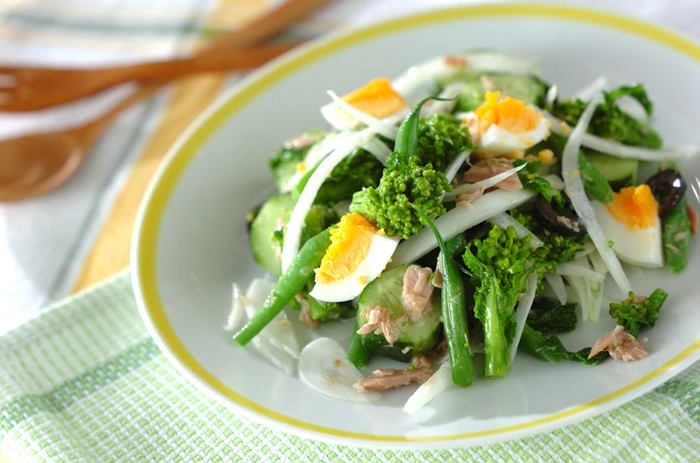 菜の花のニース風サラダ。ドレッシングにアンチョビとガーリックを加えることでコクと香りがアップします。卵は、ミモザにするのも春らしいかもしれませんね。出盛りの菜の花は、和風・洋風、いろいろな食べ方を楽しみましょ。