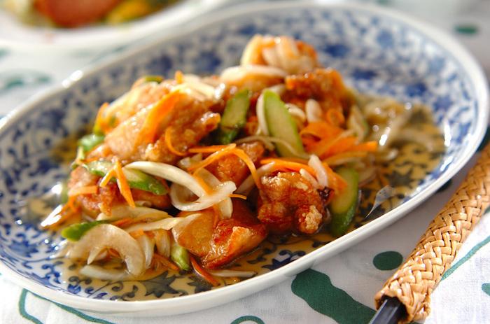 さっぱりとした南蛮漬けは夏には特におすすめのメニューです。この一品でお肉も野菜もたっぷり摂れ、お酢の力で夏バテも解消できますよ。冷めても美味しいので、お弁当おかずにもおすすめです。