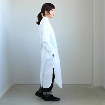 真っ白なワンピースは女性の憧れ。肩の身幅にゆとりをもたせてあるので、ふんわりと優しいシルエットに。深めのスリットがはいっているので、重ねるボトムスによって雰囲気がガラッと変わります。
