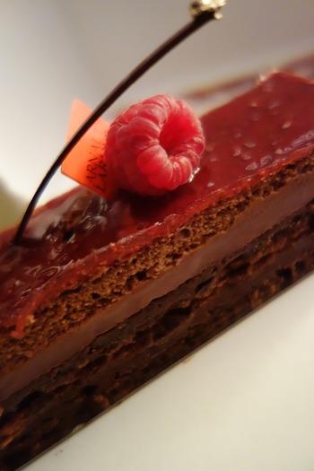チョコレート&ラズベリーのテリーヌは、フルーティーな香りを楽しめて爽やか!カットした断面が層になってとてもキレイですね。お皿にソースでアレンジすれば贅沢な一皿になりますよ♪