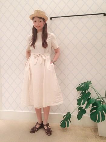 真っ白なワンピースもあります! ふんわりしているので女の子らしく着こなしたい時にオススメです。ワンピースがシンプルなので、帽子やサンダルなど小物で個性を演出してみて。