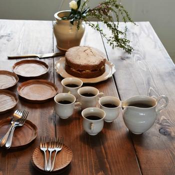 彫が印象的な木の丸皿は、いくつか数を持っておくと便利です。ケーキなどの切り分けの時にも重宝しますよ。