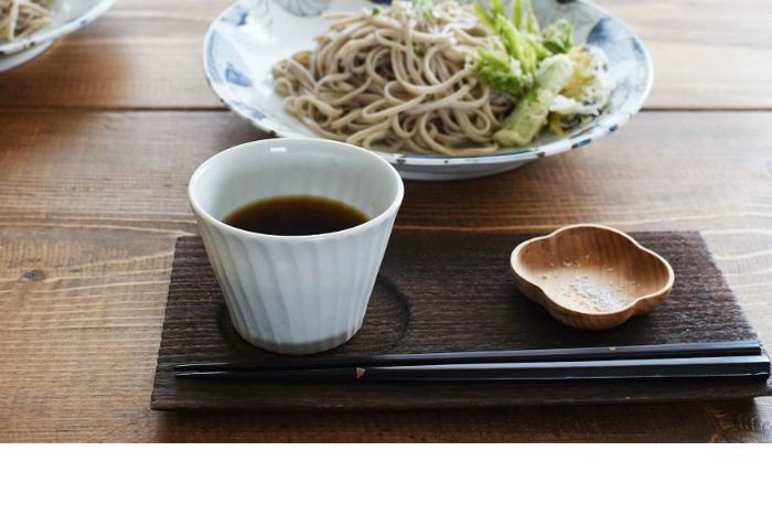 少し深さがある四葉をかたどった小皿は、洋食だけでなく和食にもぴったり。天ぷらの時のお塩を入れたり、ちょっとした甘味を入れたりできるのでとっても便利です。
