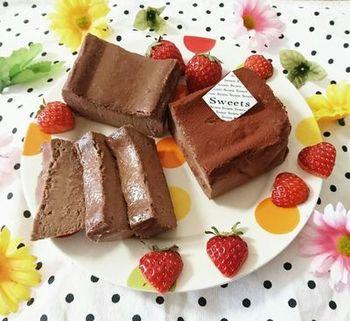 カラフルなプレートに、フルーツを添えて華やかに!艶のあるチョコレートテリーヌがとってもおいしそうです。
