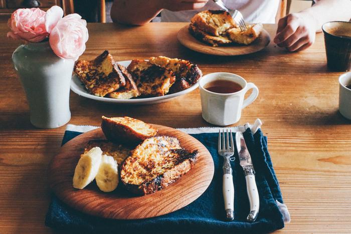 ぽっこりかわいらしい、厚みのある木のお皿はとっても万能、そしてお料理をおしゃれに見せてくれます。個性的なアンティーク調のフォークやナイフも引き立たせてくれています。素敵なテーブルコーディネートです。