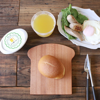 パンの形をした、とってもかわいい木のお皿。みているだけでもほっこり優しい気分になりますね。今日はどんなパンを乗せようかなと、朝ごはんが楽しくなる遊び心のあるお皿です。