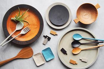 ナチュラルな木のお皿は、ぬくもりに溢れ優しい気持ちにさせてくれます。丸い形だけではなく、四角や楕円など、最近では様々な形があるんですよ。そして、木のお皿は陶器や異素材の食器との相性も抜群なんです。