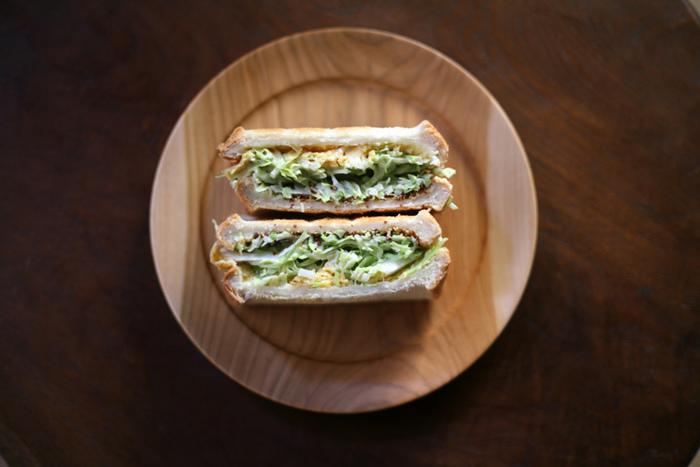 萌え断なサンドイッチも、丸い木のお皿に乗せると、より美味しそうにみえますよね。
