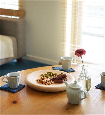ぽっこり丸い厚みのある木のお皿は、ちょっとしたおやつを出すときも役立ちます。陶器に囲まれて真ん中に置かれた姿に、なんだかキュンとします。