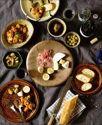 チーズや生ハムなど、ワインのお供のアペタイザーも丸型で厚みのあるお皿が効果的。全て丸い形のお皿でテーブルをコーディネートすることで、素材を超えた統一感が産まれます。
