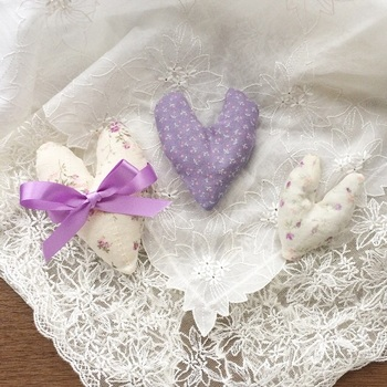 ハート型のサシェは、プレゼントにぴったりです。リボンを巻くと可愛らしさがアップ。