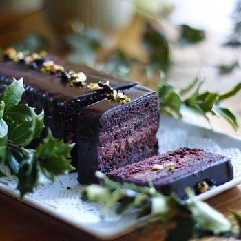 ヒイラギの葉を飾れば、クリスマスにぴったり!シンプルなチョコレートテリーヌも、盛り付けやトッピング次第で、こんなに美しい姿になりますよ♪