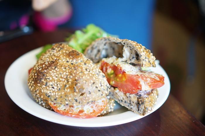 このゴマの量! ゴマ好きさんなら食べたくなります。「フレッシュトマトとチーズのパニーニ」を、ゴマのパンで。