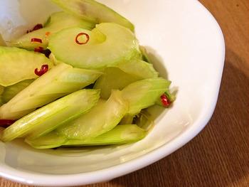 セロリの香りや風味をさっぱりとシンプルに味わえる、浅漬け。やめられないおいしさです。作り置きができるので、小鉢でちょこちょこ添えて、栄養をプラスすることができます。