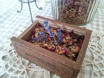 美しく咲き誇り、役目を終えた花たち。 その素敵な香りをずっと楽しみたい…  そんな思いから生まれたのがポプリやサシェです。 実際に自分の手でハンドメイドで作れたら素敵ですよね。  そこで、ポプリやサシェの作り方を紹介します。