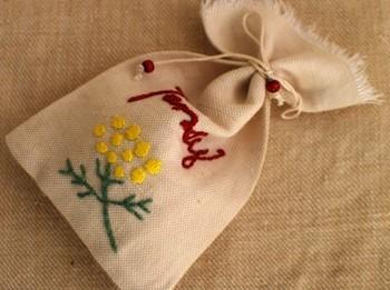 袋に刺繍をするのも素敵ですね。中に入っている植物の種類にあわせた柄にしてみましょう。