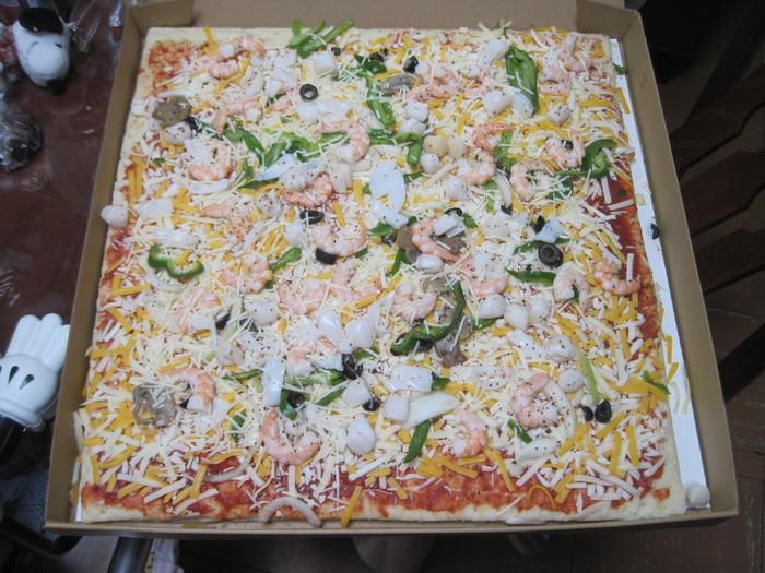 超ビッグサイズのシーフードピザ。  コスパ&品質で文句なしの大人気商品です。  食べたい分だけ切り分けてオーブンで焼いて召し上がってください。