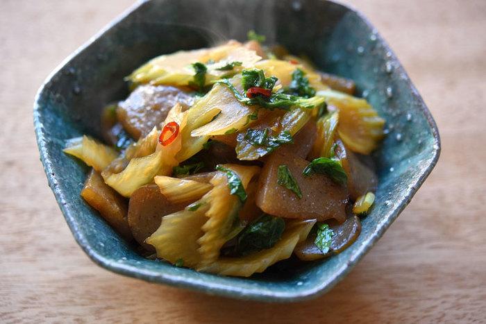 セロリとこんにゃくという意外な組み合わせの炒め物。葉も刻んで使いますので、セロリの栄養を余すところなく取り入れることができます。きんぴらよりも味付けを控えめにして、たっぷり食べられるおかずに仕上げます。
