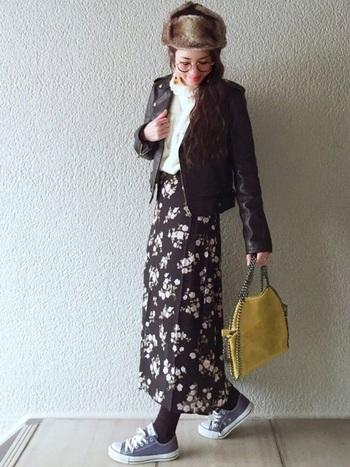 可愛らしい花柄のスカートに合わせて、フェミニンな着こなしだってできます。レザージャケットを合わせるなど、甘辛MIXコーデのお手本に。