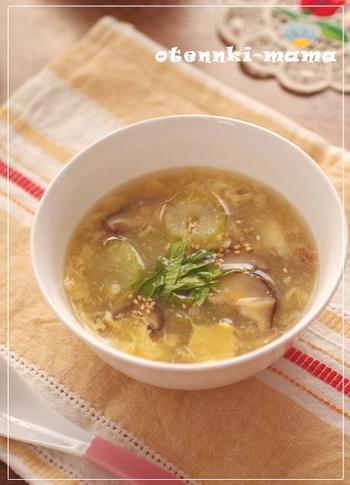 セロリは、歯応えを生かしてサラダやナムルなどに合うのはもちろん、香味野菜ですからスープ・シチューにも合います。葉の方が栄養価が高いので、スープに入れてまるごと栄養を取り入れるのも賢い食べ方。こちらは、干し椎茸の濃厚なだしとセロリの香味が相性抜群なスープです。