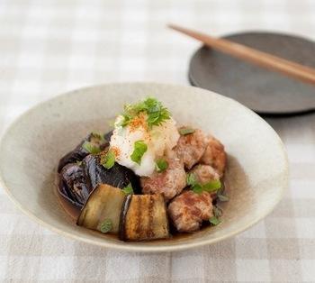 炒め物ばかりになりがちな豚こま肉ですが、丸めて焼くだけでこんなにおしゃれな料理に大変身♪食欲の落ちる夏でも大根おろしでさっぱりと食べることができます。ナスだけでなく、ぜひいろいろな夏野菜を添えてみてくださいね。