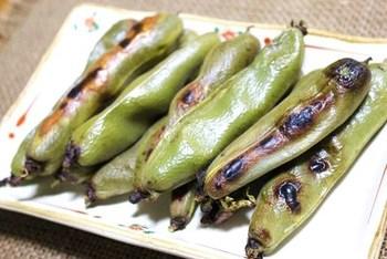 そら豆は、空気に触れるとおいしさも栄養も落ちやすいため、さやから出したらすぐに調理します。薄皮も食べるのが、栄養的にもいいようですよ。こちらは、さやごとグリルで焼いたそら豆。ゆでるよりも、ホクホクなおいしさが楽しめます。