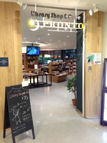 建物内1階にあるカフェスペース。中には東京に関する本や文具を扱っているショップもカフェに併設されています。Wi-Fi完備でコンセントも30口以上とたっぷりあるのが嬉しいですね。