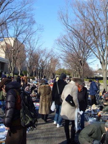 買い物の予定がなくても見ているだけで楽しめる、いろんな魅力がある「大江戸骨董市」。 現在、東京国際フォーラムで毎月第1 ・第3日曜日、不定期で代々木公園でも開催されています。