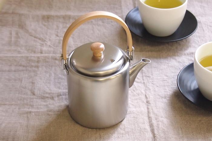 すっきりシンプルなスタイルが美しいステンレス製のポット。マット仕上げで水滴などが目立たず、持ち手の孟宗竹のアクセントがオシャレで、日本茶だけでなく紅茶にも似合います。