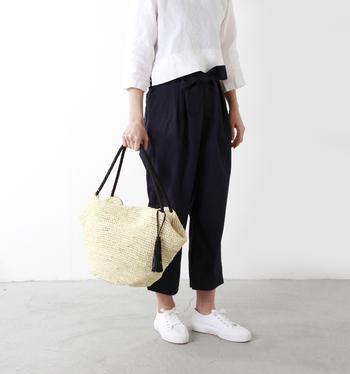 モノトーンコーデはお出掛けスタイリングの基本。優しい色合いの柔らかカゴバッグで上品に仕上げます。