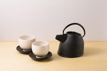 存在感のある小ぶりの少し形がユニークな鉄瓶。このデザインを手がけた富田一彦氏は、イタリア・ミラノを拠点に活動をされてきたプロダクトデザイナーで、2013年よりオフィスを福岡に移転されました。