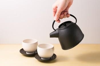 実はこのデザインは、機能性も抜群なんです。なぜなら、フタの部分が水平ではなく斜めになっているため、お茶を注ぐ際にフタが落ちず、とても注ぎやすいんです。そして直火にはかけられませんが、内側にホーローがコーティングされているため、サビの心配がなく、お手入れも簡単な優れものです。