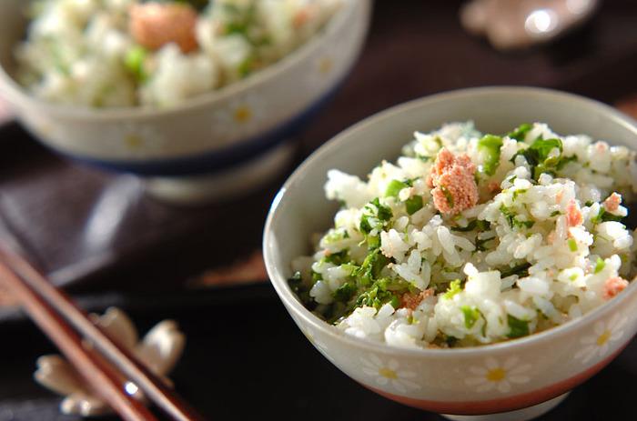 電子レンジで下ごしらえした菜の花とたらこを白い炊き立てのご飯に混ぜ込むだけで、簡単に春満開の菜の花ご飯の完成です。たらこのピンクがまるで桜の花の様で素敵。