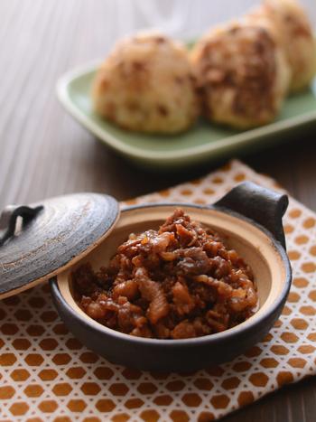 甘辛くショウガと一緒に煮込んだ豚肉をご飯に混ぜた、簡単豚肉のショウガ混ぜご飯。おにぎりにすると肉巻おにぎりを食べているようでオススメですよ。海苔や大葉で巻いても良いですね。