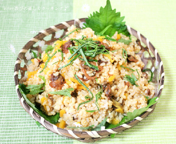 赤貝の味付け缶詰と、細く刻んだたくあんを混ぜ込んだ簡単混ぜご飯レシピ。上に振り掛けた大葉の色合いも綺麗です。