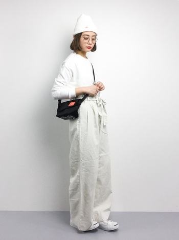 全身ホワイトのコーデに、ミニサイズのバッグを合わせた潔いシンプルさが素敵なコーデ。街中でも一際目を惹きそう♪