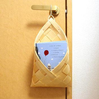 クリスマスツリーでおなじみの「もみの木」を薄い板状にしたものを編んで作られているこのかごは、エストニアで生まれました。北欧でも日本と同じように職人さんが丁寧に作っている温もりが伝わってきます。  軽いので、ドアノブにかけておいても大丈夫。レターボックスやカードを入れてリビングのアクセントにするとステキですよ。