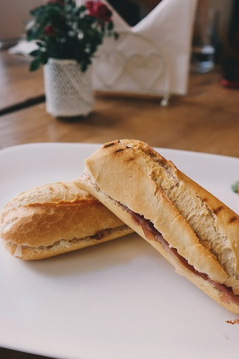 フランスパンの人気レシピ50選。アレンジから手ごね・ホームベーカリーの作り方も♪