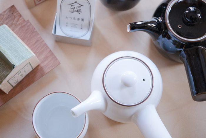 どんなインテリアにも似合う、シンプルな陶器の急須。カラーも食卓に明るさをもたらしてくれる白、存在感のある黒の2種類、どちらも素敵で迷ってしまいそう。