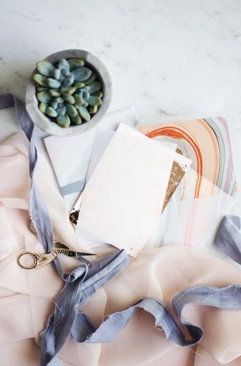 紙だけでなく、布地やリボンなど、いろいろな素材を使ってみるのも素敵なアイディアです。他にはない特別なデザインを作ってみてください。郵送する場合はサイズや厚みなどの規定があるので注意してくださいね。