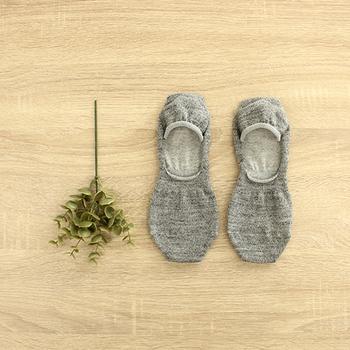 暖かい季節の冷えとりに。シルク&ウールのフットカバー。 ローファーやスニーカーを履きたい日にも。土踏まず部分にゴムが入っているので、靴の中でのズレを予防してくれます。