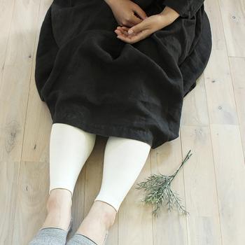 身体に優しくフィットするシルクのレギンス。 柔らかく伸縮性も優れており、一度履いたらヤミツキになりそう。オフホワイトを合わせて、ナチュラルな雰囲気に。