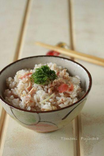 梅干しとツナを混ぜ込んだごはんには、隠し味でくわえたごま油がいい仕事をしてくれています。とってもシンプルなのに味わい深い混ぜご飯です。