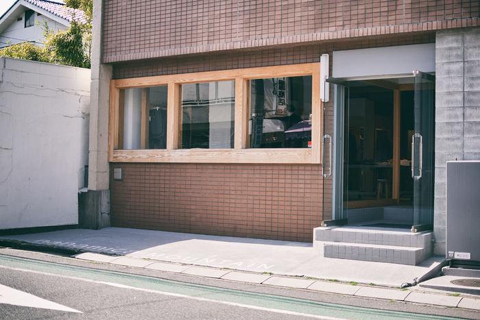 会場は東急東横線・代官山駅から徒歩10分弱。1Fはファッションブランド「nanamica」のショップ(nanamica mountain)。