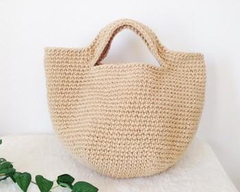 細編みで編んだ麻ひもバッグ。生成りの風合いが活かされたシンプルなデザイン。1色でも素敵です。基本の編み方をマスターして挑戦してみましょう。