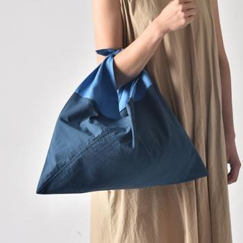 風呂敷を縫い合わせて作られる、古来日本で親しまれてきた「あずま袋」。生地や縫製にこだわり、現代の暮らしやファッションとも馴染むモダンなプロダクトに生まれ変わらせたものが『AZUMA』のAZUMA BAGです。 コンパクトにたためて、使い勝手も抜群。贈り物としてもおすすめのアイテムです。